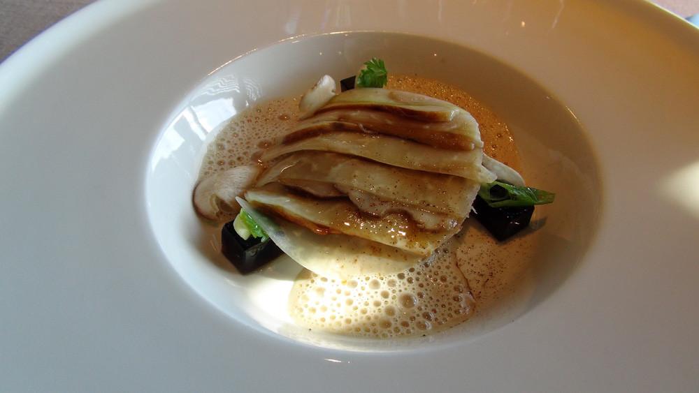 Carpaccio de cèpes rôtis au beurre mousseux, salpicon de homard, gelée de champignon et huile d'olive de Castelas