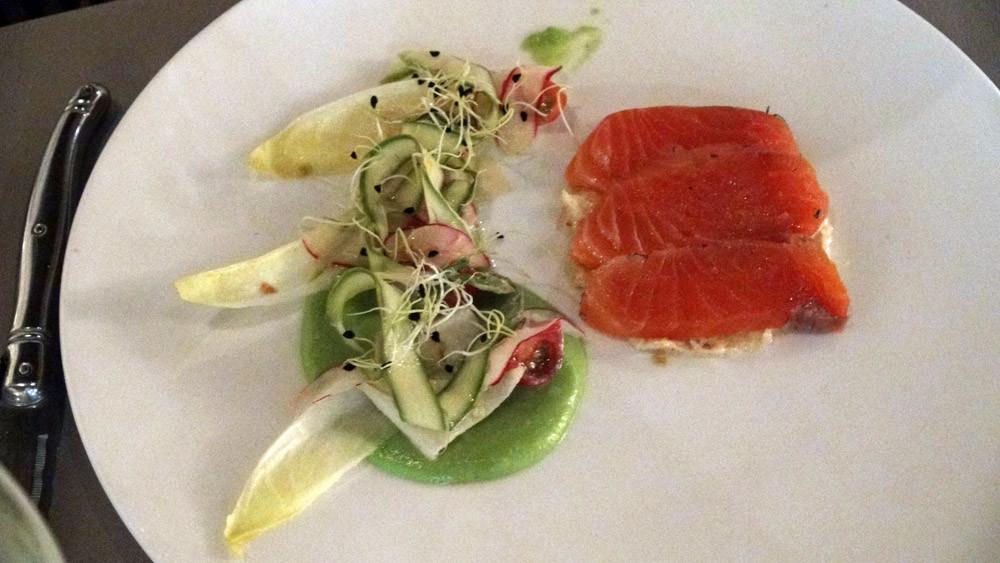 Saumon gravelax, chair de tourteau assaisonné, légumes de saison croquants et coulis de petits pois