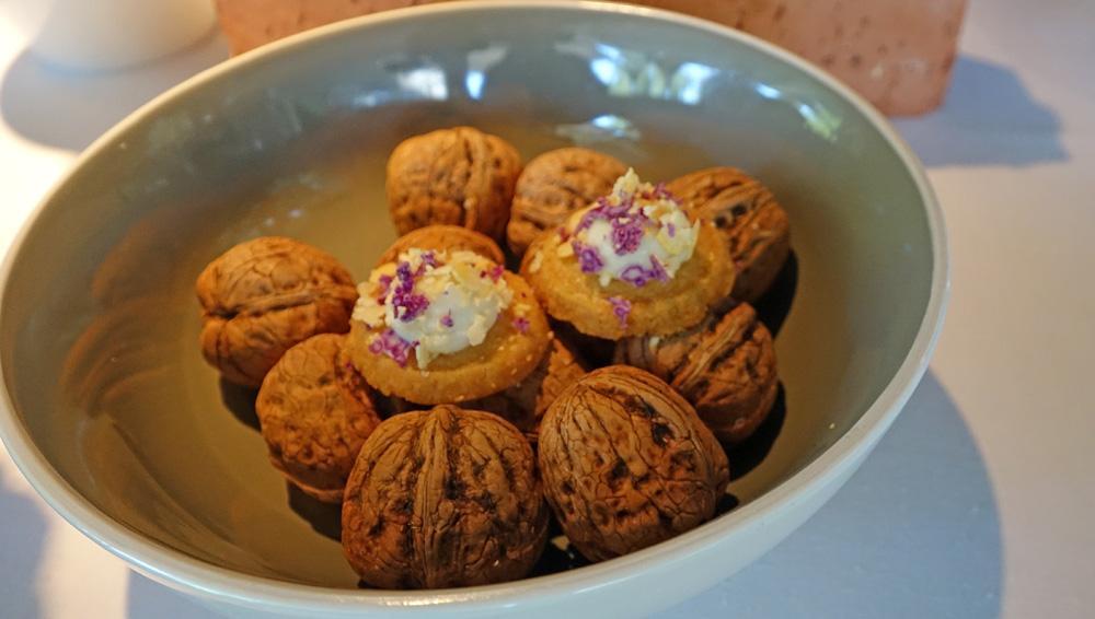 Amuse-bouche : Sablé Parmesan, crème de choux-fleur et noix