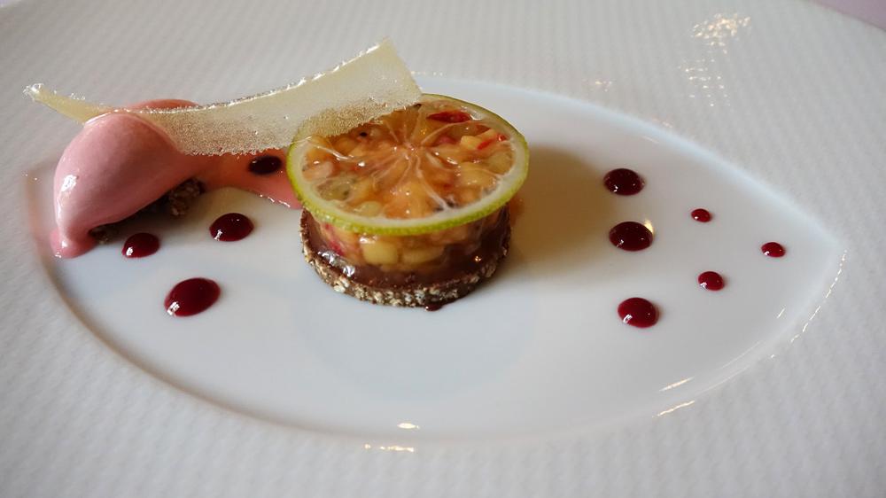 Pré-dessert : Croustillant de riz soufflé au pralin, brunoise d'ananas, mangue, kiwi et framboise, glace à la praline rose