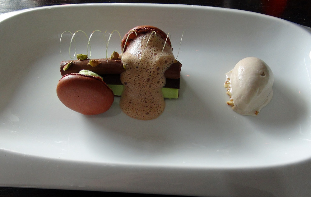 Macaron au chocolat, crème Manjari & pistaches, crème glacée à la fève de Tonka