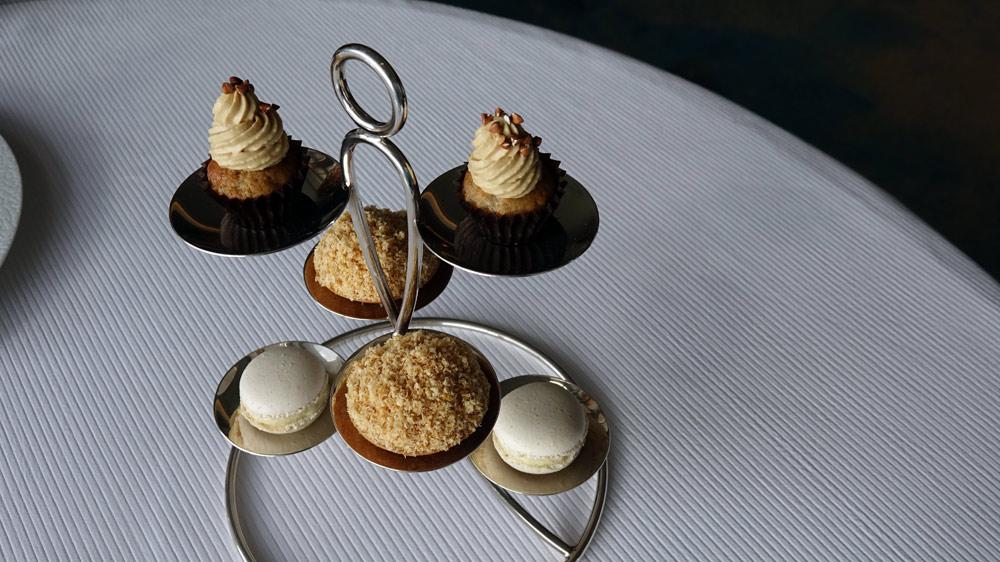 Mignardises : Macaron à la vanille, Cup-cake café-blé noir, Tartelette noisettes grillées