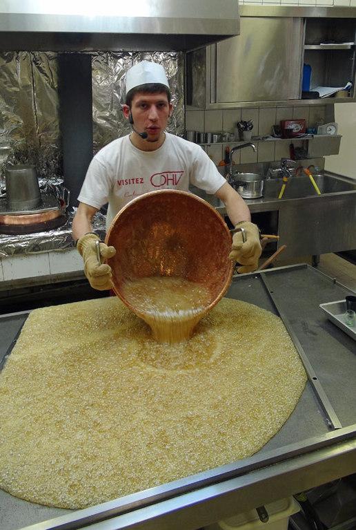 Versement du sucre cuit sur la table inox
