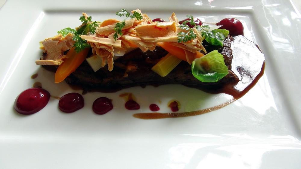 Effiloché de queue de bœuf, légumes d'hiver & copeaux de foie gras, sauce poivrade