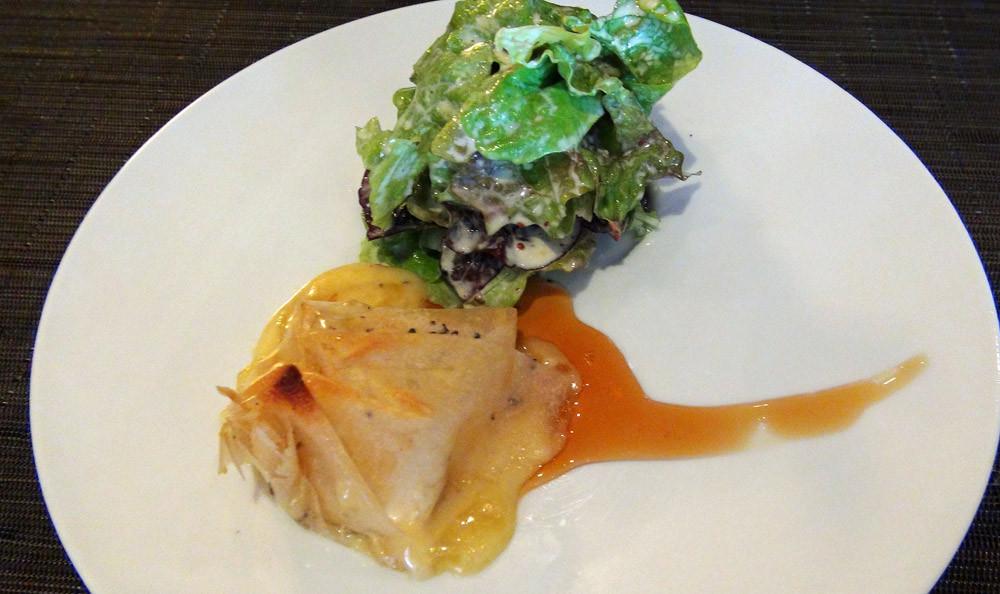 Camembert de Normandie croustillant au poivre, caramel au cidre et bouquet de salade