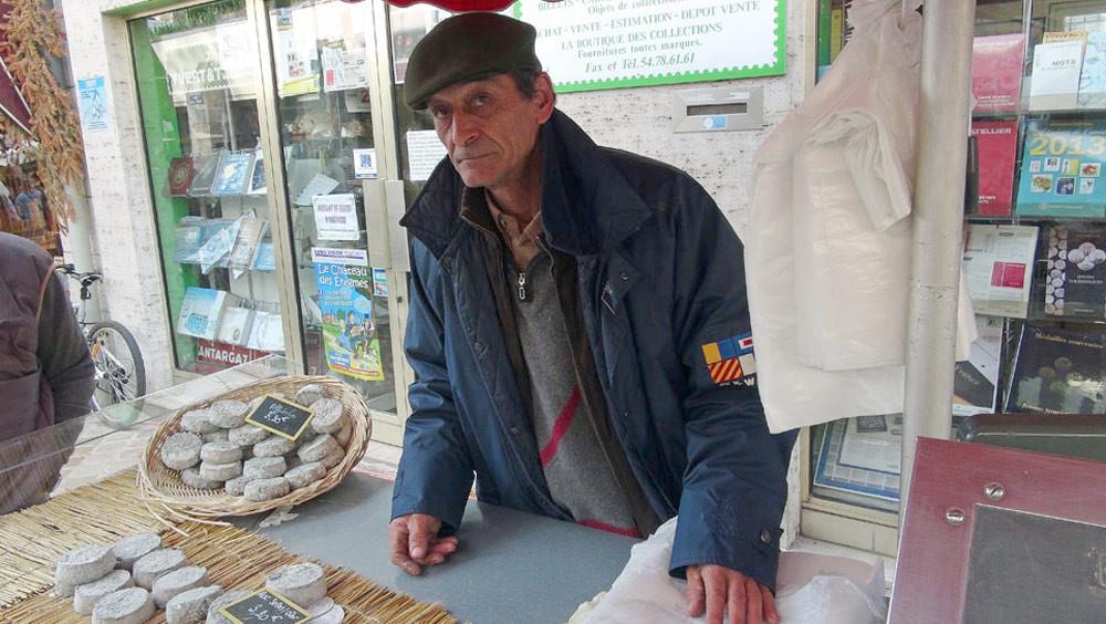 Hervé Barbeillon sur le marché Louis XII de Blois du samedi matin