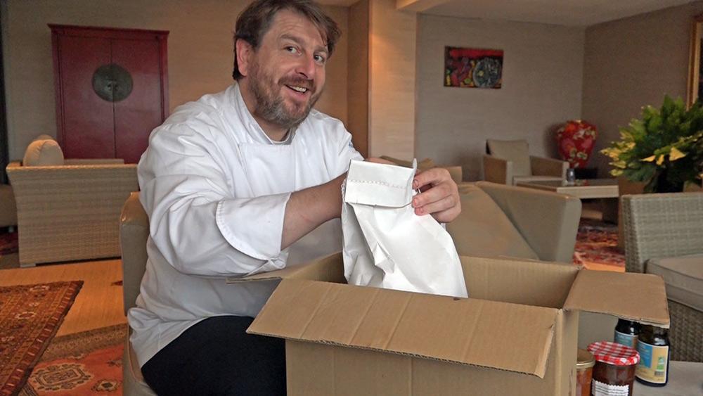 Olivier Bellin découvre les 5 kg de blé noir breton décortiqué de JP Cloteau