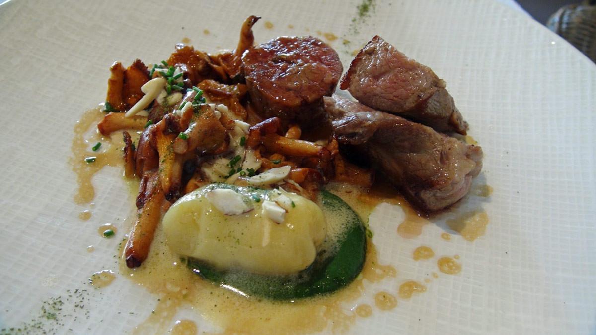 Agneau confit et grillé, girolles, pommes de terre de Noirmoutier et crème aux épinards