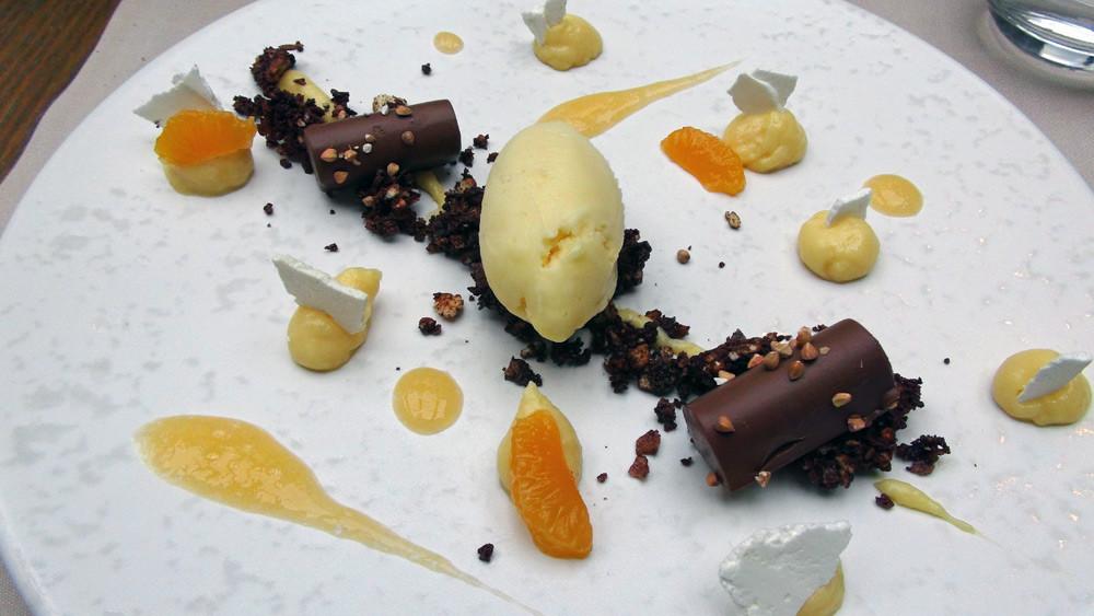 Croustillant de Petit Lu, feuilletine, chocolat noir et kasha, sorbet mandarine, crémeux de clémentine et ganache au chocolat noir
