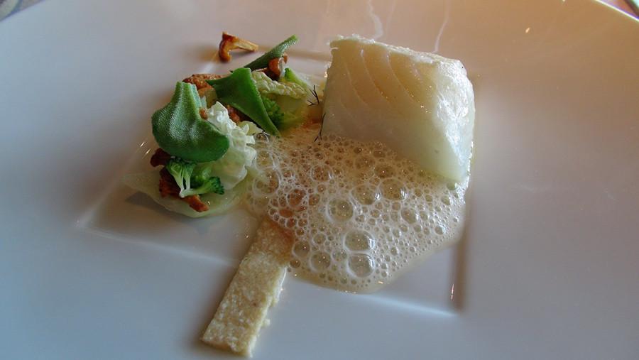 Dos de cabillaud confit à 50° C, viennoise noisette, multitude de choux, girolles et sauce livèche