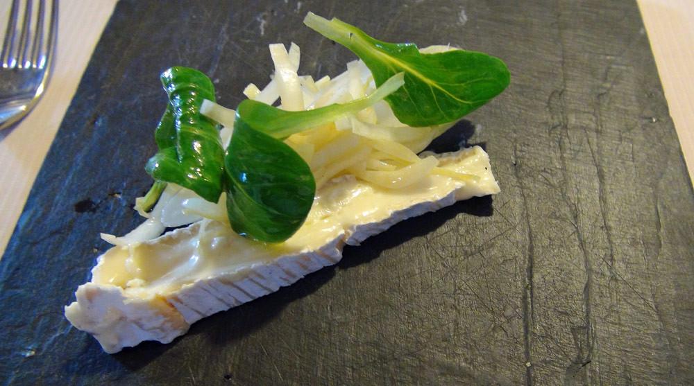 Brie truffé, salade d'endive et de mâche