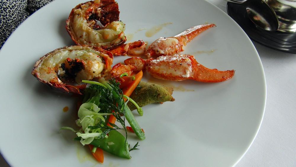 Homard bleu Breton rôti demi-sel, gnocchis de fenouil et tomates confites, corail de homard et truffe blanche
