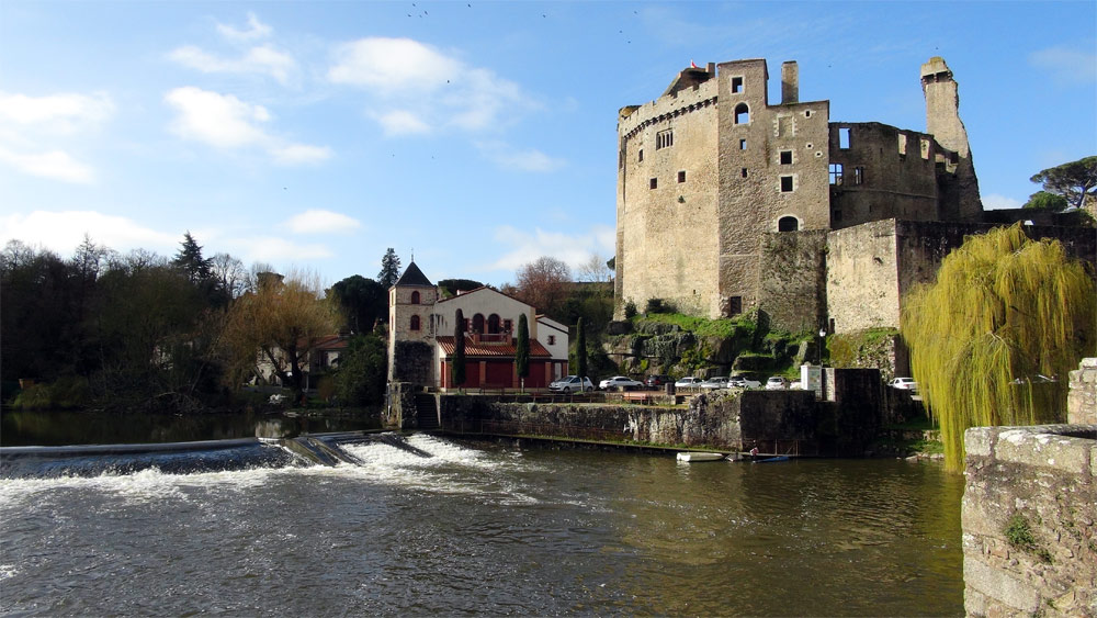 Le Château, dont la construction s'est échelonnée entre le XIe et le XVIIe siècle