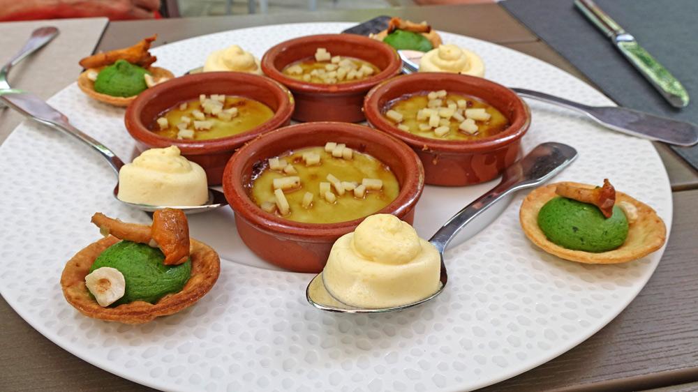 Les amuse-bouche : Crème brûlée d'oignons à la tome de Touraine - Mousseline de brochet au beurre blanc - Barquette de mousseline de persil et girolle