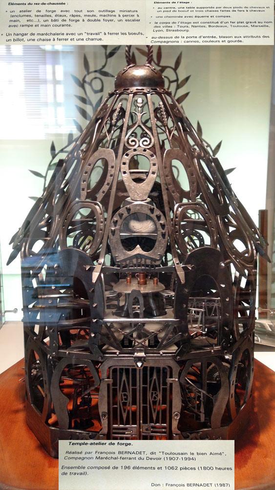 """Temple-atelier de forge du Compagnon Maréchal-Ferrant François Bernardet """"Toulousain le Bien-Aimé"""", constitué de fers à chevaux et à bovins et composé de 1062 pièces. Ce chef d'oeuvre a demandé 1800 heuures de travail"""