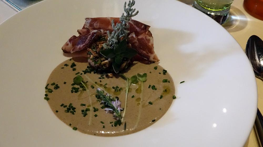 Duo de champignons, en velouté glacé et tartare, copeaux de charcuterie corse de mon ami Paul Marcaggi, petite huile d'olive aux parfums de maquis