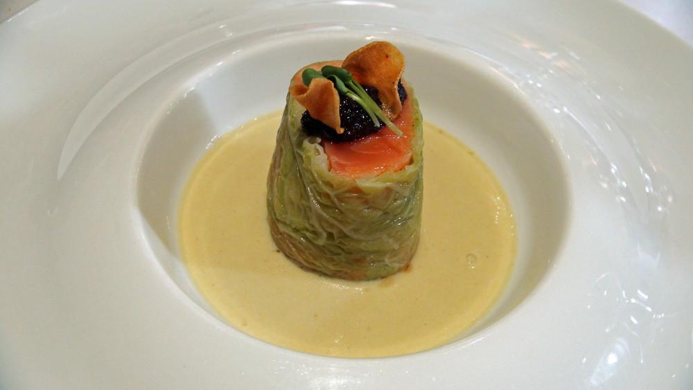 Saumon label Rouge, choux vert, moutarde au moût de raisin noir, velouté de pomme de terre à l'huile d'olive