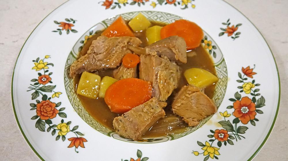 Le Cochon de forêt au curry japonais à l'assiette