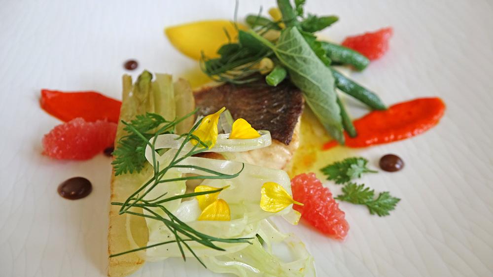 Filet d'omble chevalier poêlé, pulpe fenouil réglisse fenouil cru et cuit, pamplemousse et poivrons en condiment
