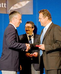 Thomas Baumhakl )l.) erhält aus den Händen des Bundesinnenministers Hans-Peter Friedrich (r.) das Silberne Lorbeerblatt (Foto: BMI/ Hans-Joachim M. Rickel