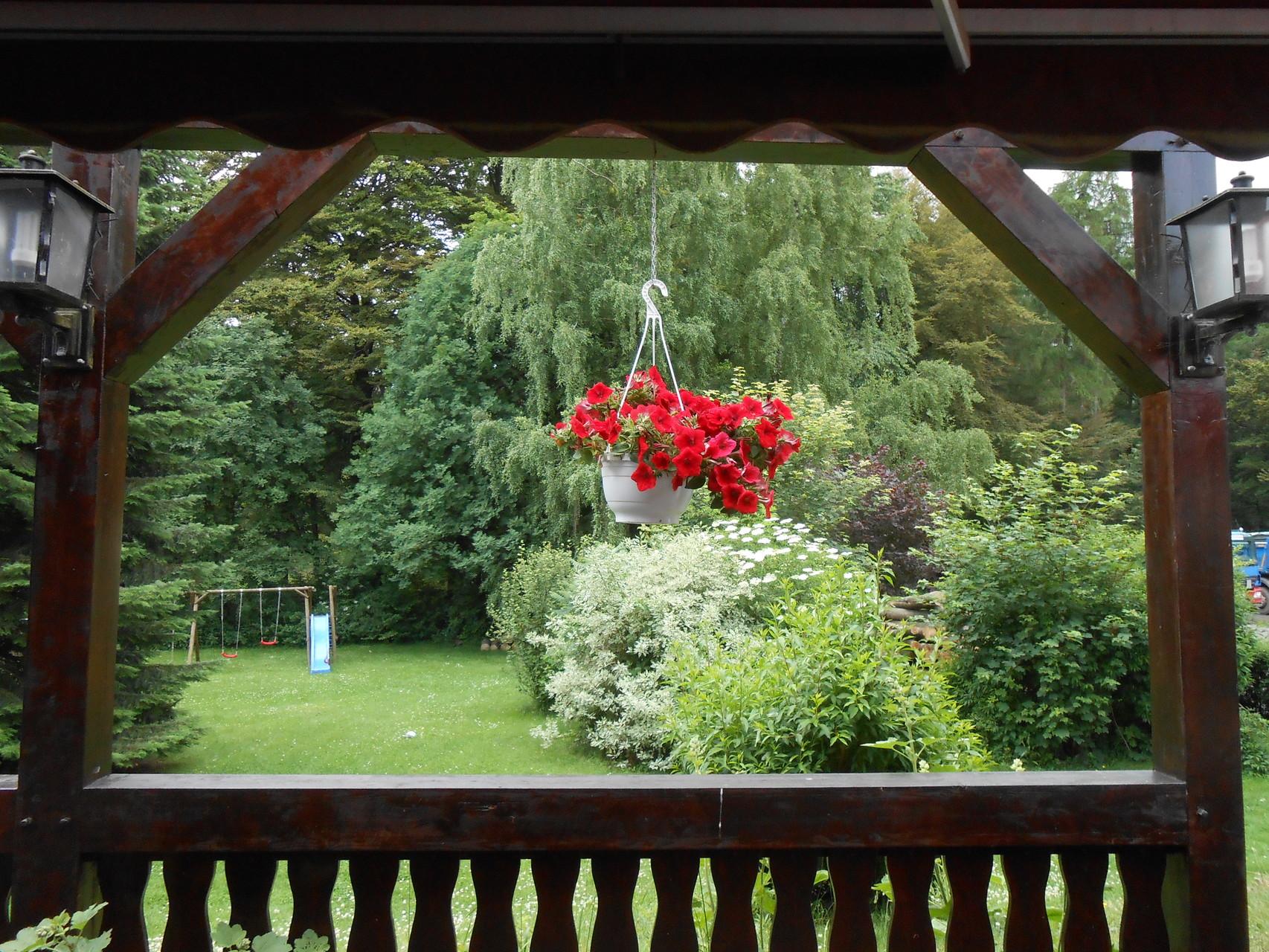 Garten mit Schaukel & Rutsche