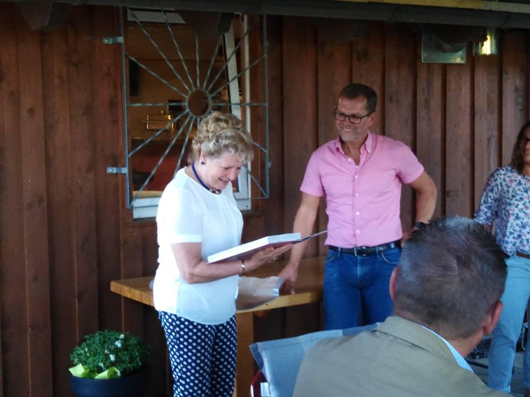 Stadtverband überreicht Fr. Knobloch ein Geschenk