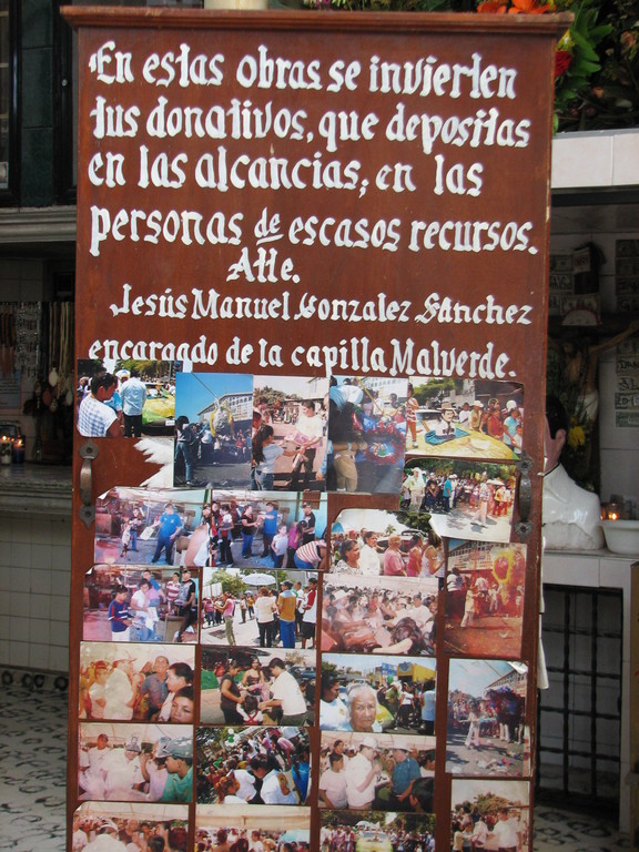 礼拝堂に納められたお賽銭を貧しい人々に贈呈したというイベント時の写真。
