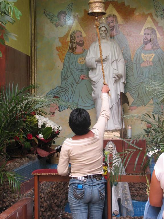 この日は工事中で、教会のムエルテさんは衣装を着ていなかった。