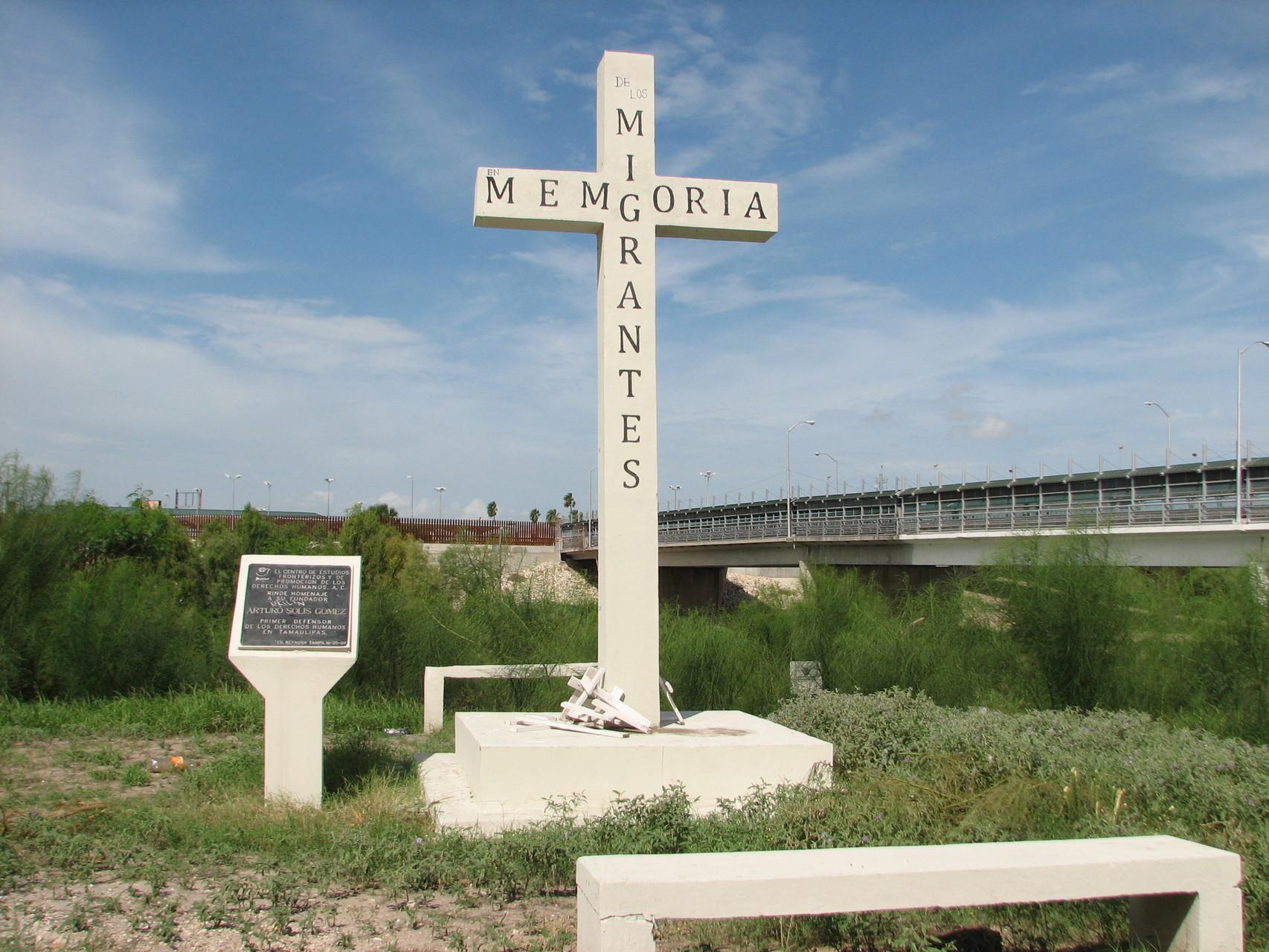 リオ・ブラボーの川岸に建つ、亡くなった移民を悼む碑。