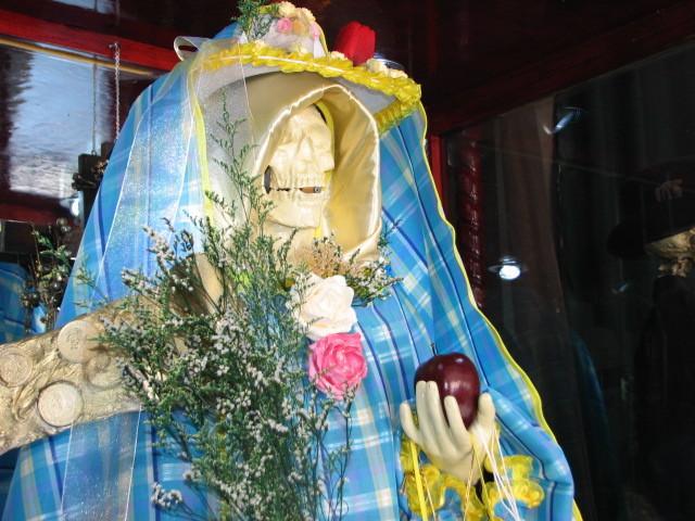 同じテピートにある別の教会のムエルテさん。青いドレスがおしゃれ。