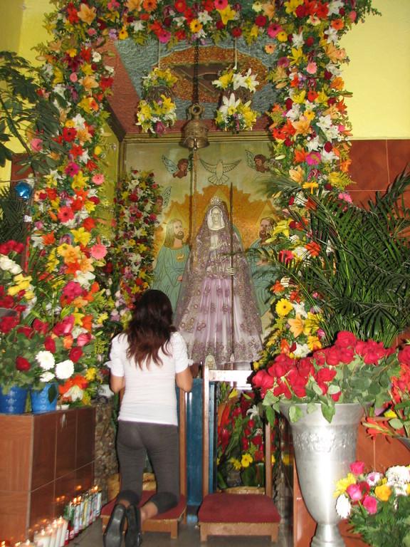 お祭りの日には花で飾られ、お参りの人が次々に。参拝客は、家族連れなど普通の人たちに見えます。