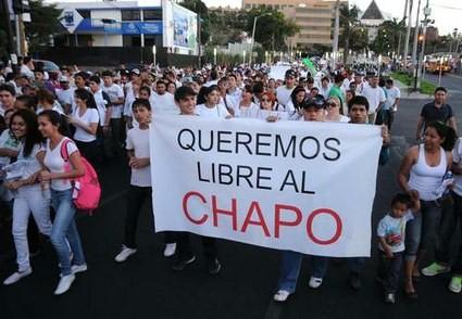 クリアカン市で、チャポの解放を求めるデモ。http://www.jornada.unam.mx/ultimas/2014/02/26/marchan-por-la-liberacion-de-el-chapo-en-culiacan