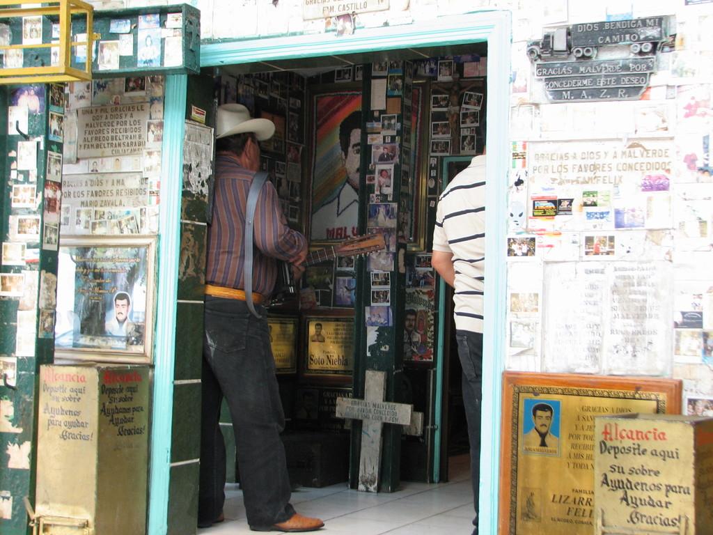 マルベルデにコリードを歌って音楽の奉納をする楽師。