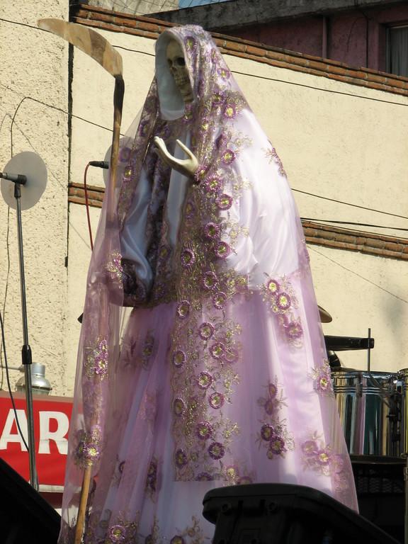 教会のお祭りで、とっておきのドレスを着て戸外に出ています。