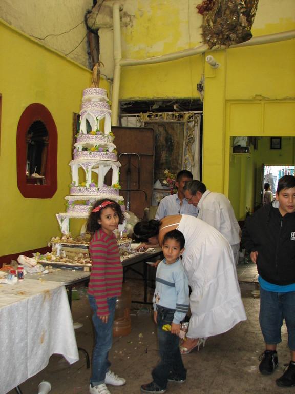 お参りに来た人にはケーキがふるまわれてました。