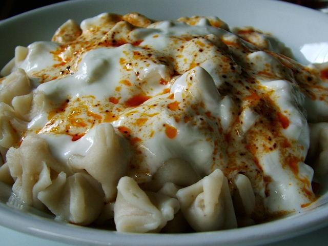 manti ( turkse deegkussentjes gevuld met gehakt en daarover yoghurt knoflook saus en rode pepersaus)