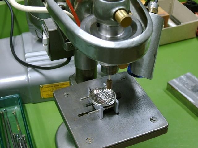 Realizzazione della fiorettatura (perlage) su un fondello