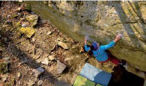 Mile an einer steilen Boulderwand, von oben fotografiert