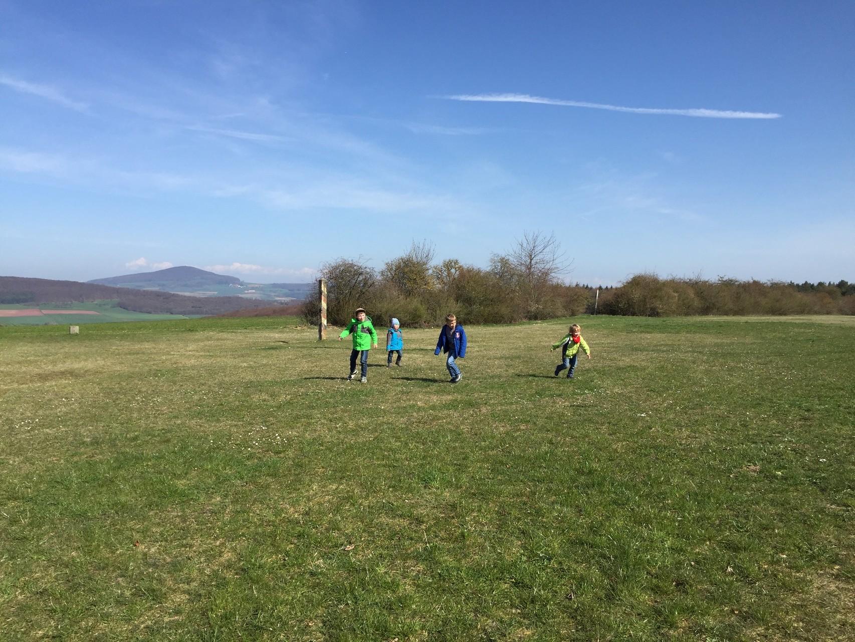 Bild der Hoffnung: Kinder aus Ost und West spielen auf dem ehemaligen Grenzstreifen. // Foto: Gömmer