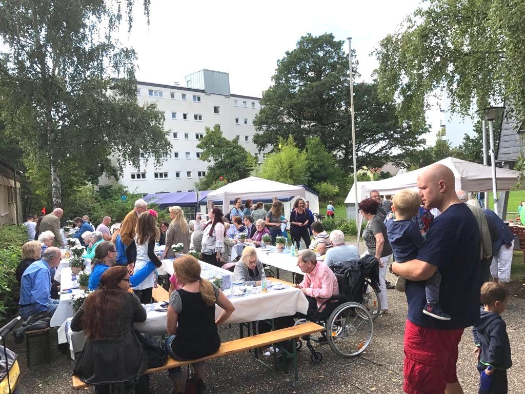 Kaffee, Kuchen, Gegrilltes und Gespräche vor der Andreaskirche // Foto: Gömmer