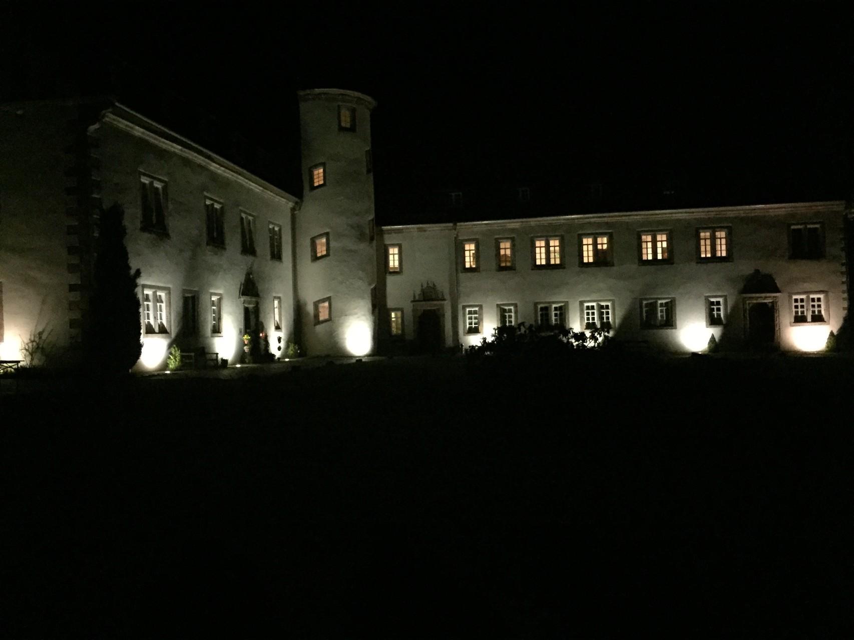 Schloss Buchenau bei Nacht. // Foto: Gömmer