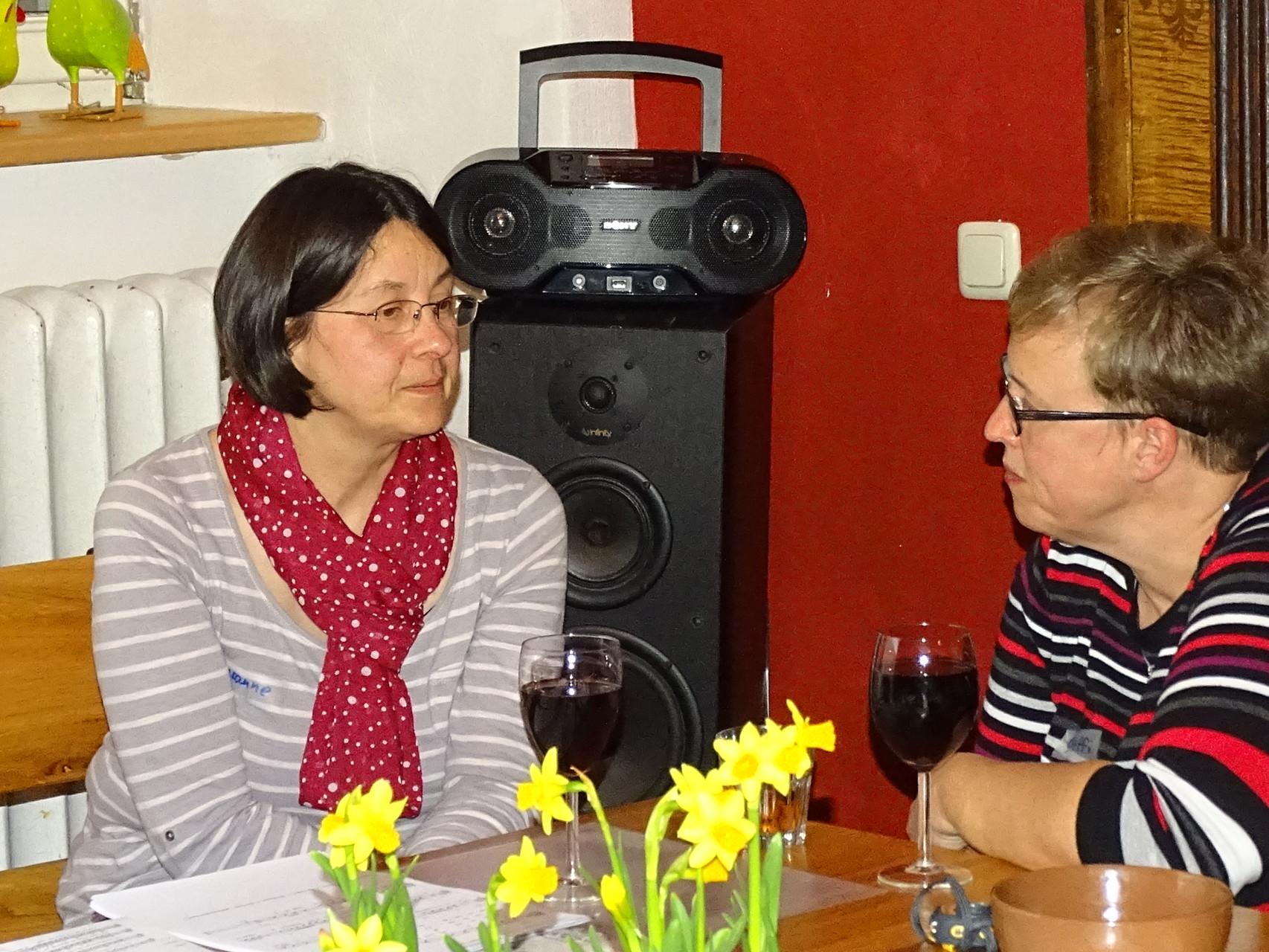 Ganz wichtig: Die Ost-West Gespräche bei Wein und Knabberten! // Foto: Hotop