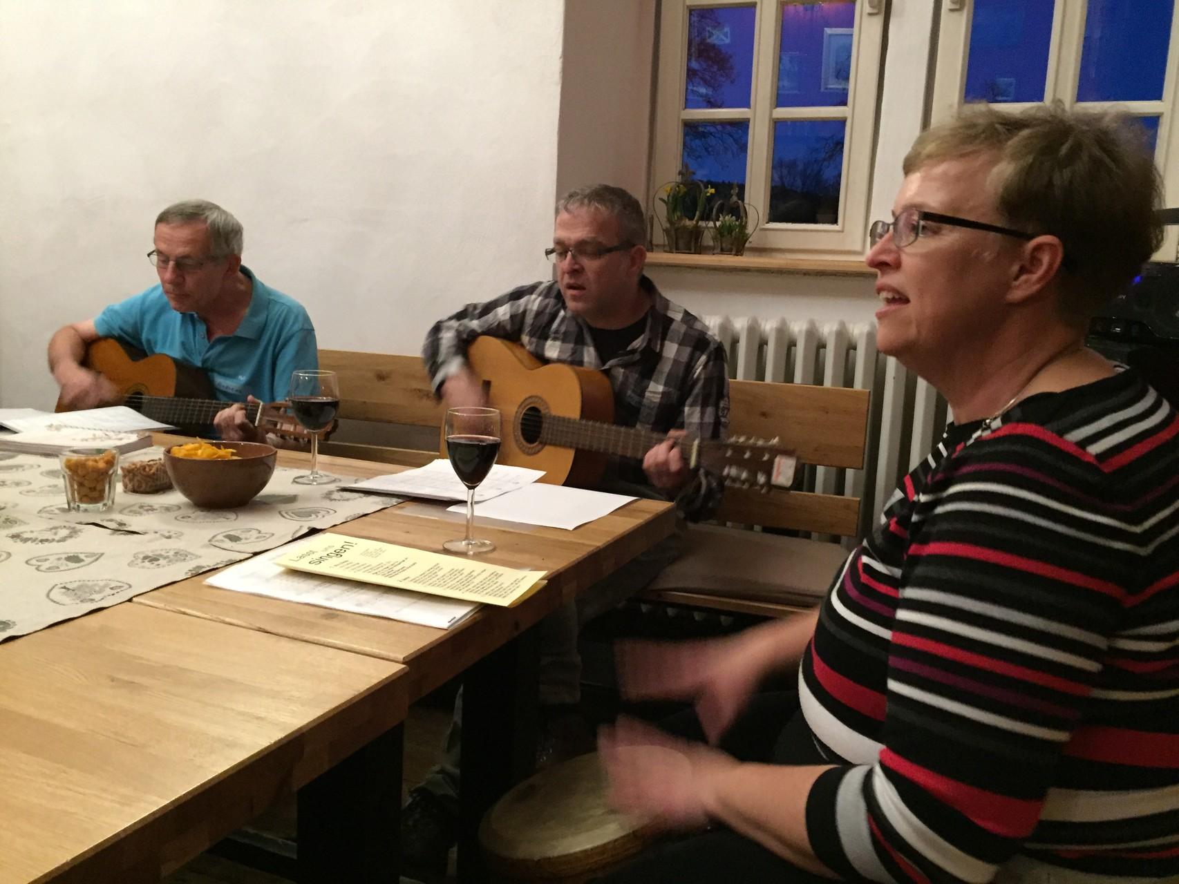 Die Musiker beim gemeinsamen Singen. // Foto: Scholz