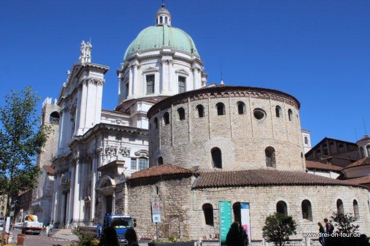 im Vordergrund: der alte Dom, auch Rotonda genannt