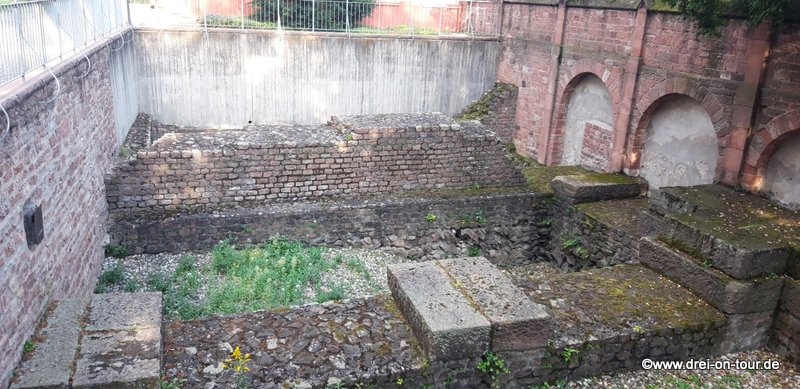 die heutige Kirche steht auf dem Fundament der ehemaligen römischen Marktbasilika