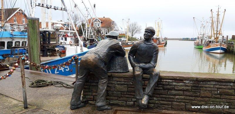 Skulptur: Alt- und Jungfischer - des Bildhauers Hans-Christian Petersen aus Esens