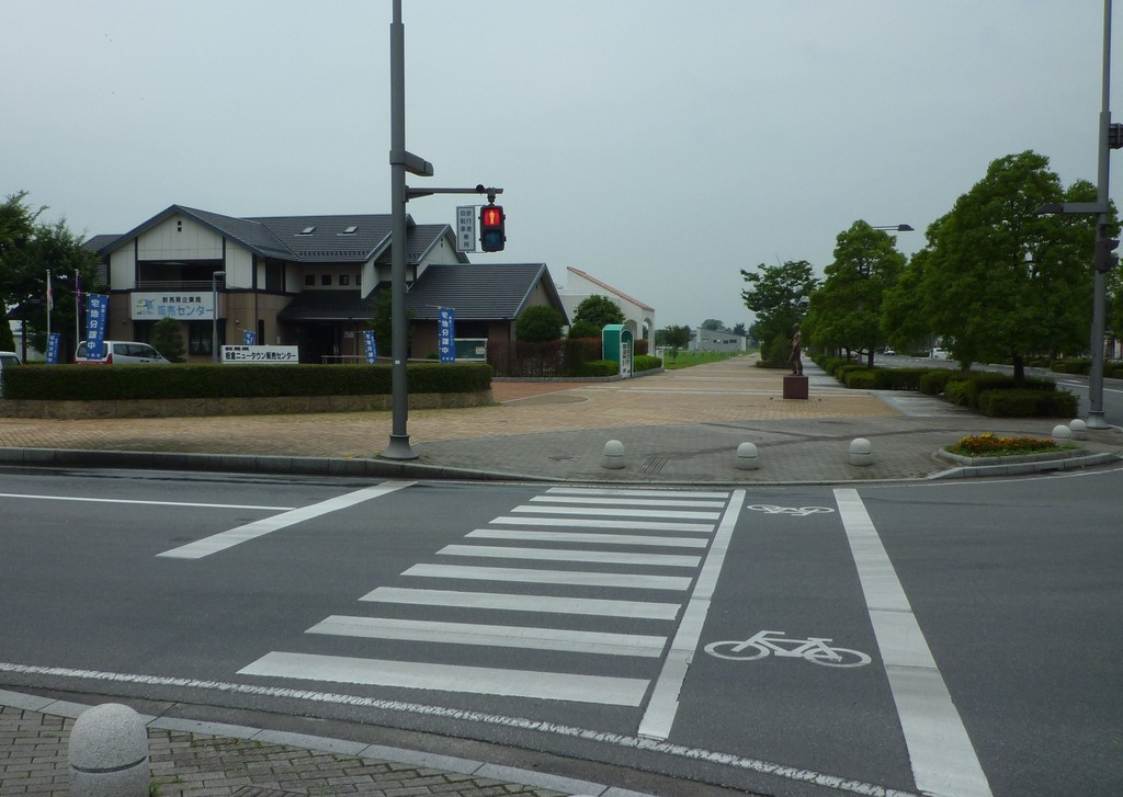 駅前交差点を渡ります。