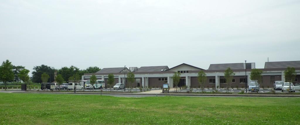 茶色の建物が保育園です。