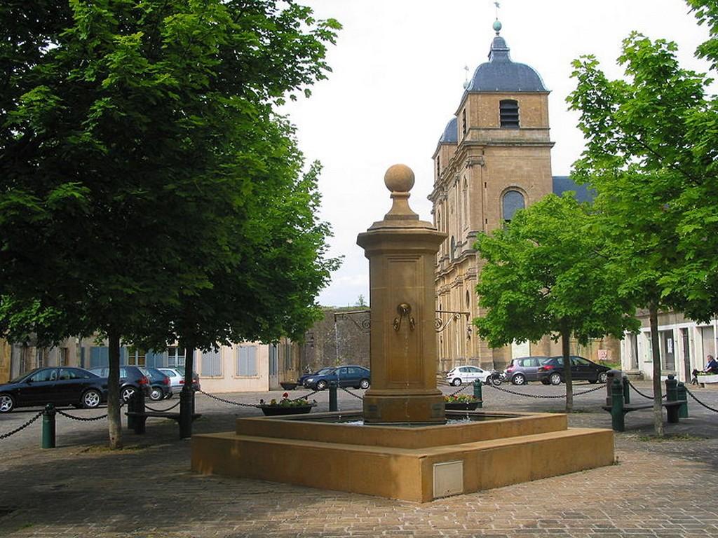 Montmédy - La fontaine et l'église Saint-Martin