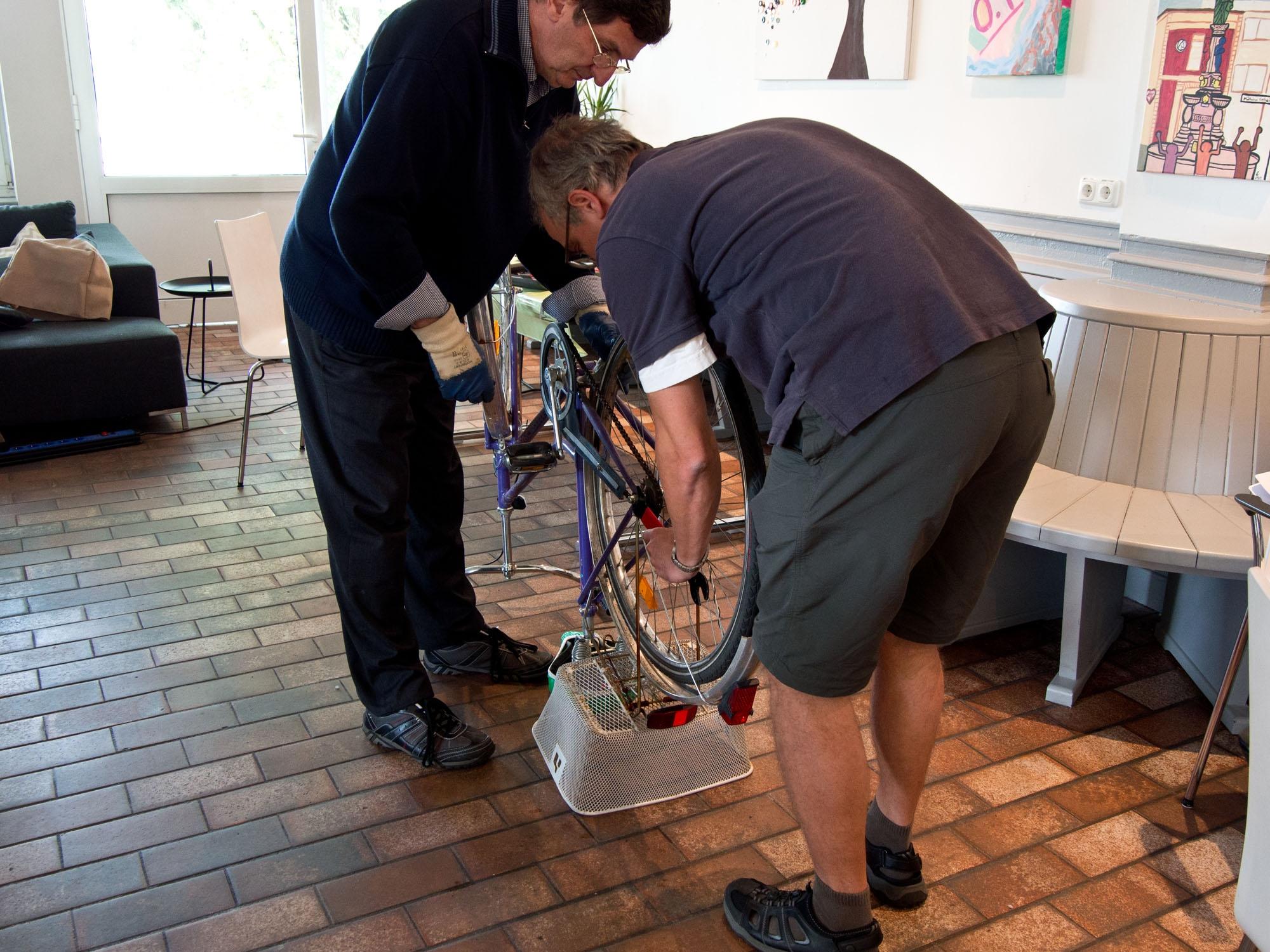 Fahrradreparaturen sind für das Expertenteam meist die leichteren Aufgaben. Foto: Irmhild Engels
